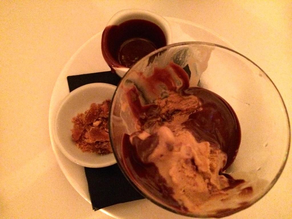 Dessert bij Ottolenghi NOPI: pindaijs met chocoladesaus en karamel