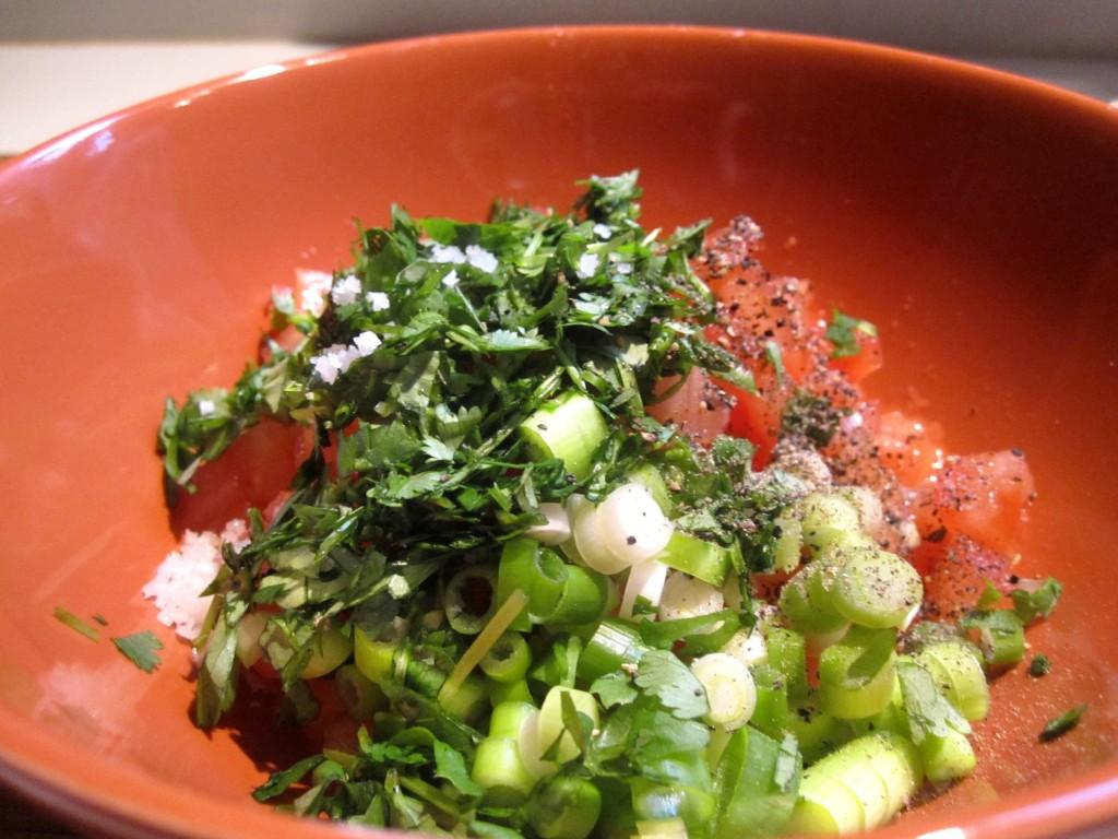 Feesthapje avocado scampi: Tomatensalsa