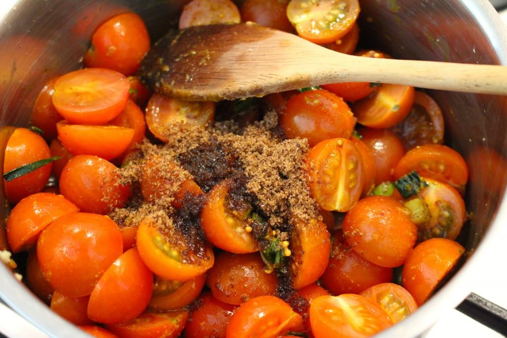 Suiker en azijn bij de tomatenrelish doen