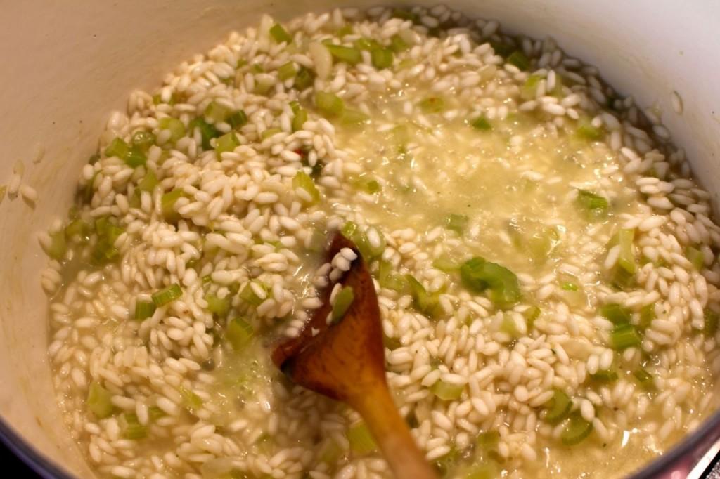 Lepel per lepel bouillon toevoegen aan de risotto