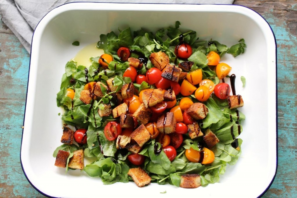 Salade van waterkers, kerstomaat en croutons