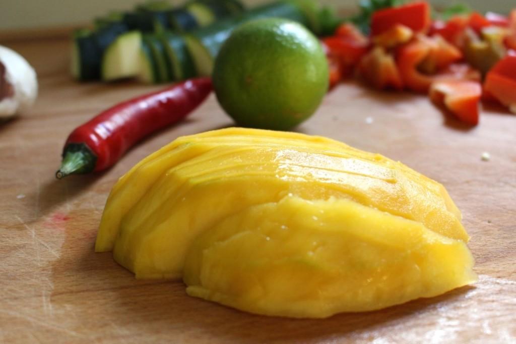Mango in blokjes snijden