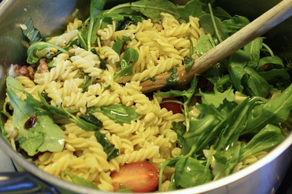 Pasta mengen met rucola en basilicum