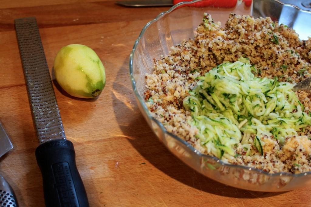 Quinoa mengen met courgette, citroenzeste, tuinkruiden, ei, brood en pecorino