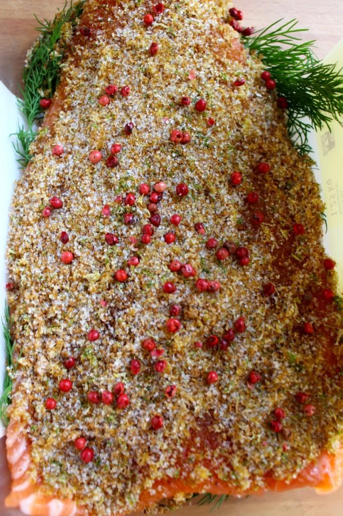 Zalm bedekken met zout-suiker-citrusmengsel en roze peper