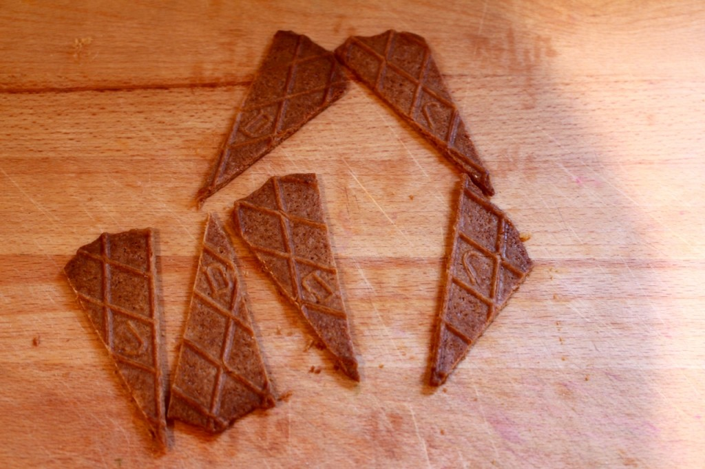 Boterwafeltjes in driehoeken snijden