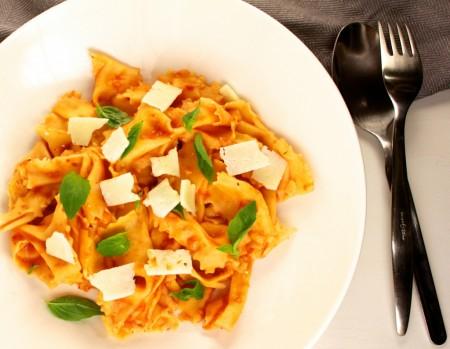 Zelfgemaakte pasta met geroosterde tomatensaus
