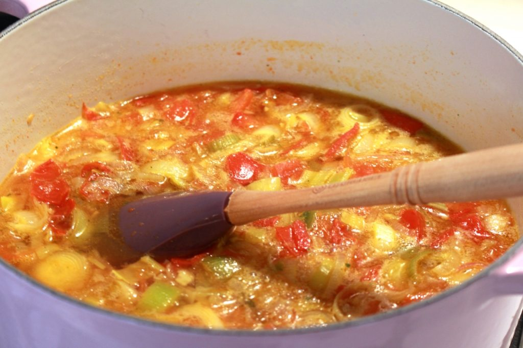 Bouillon toevoegen en aan de kook brengen