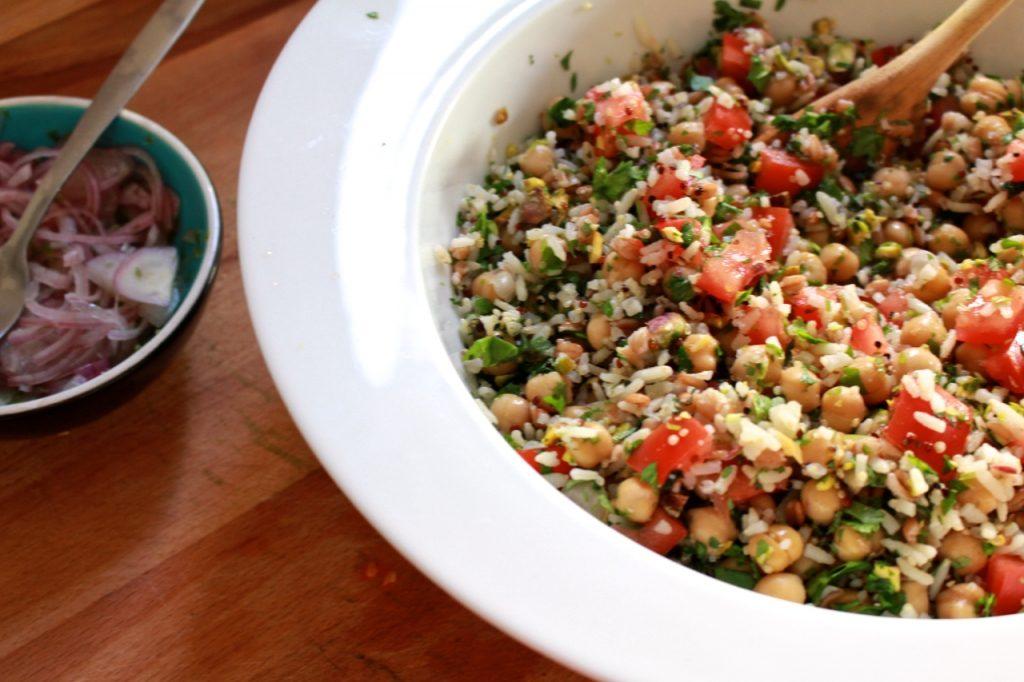Sjalot met rijstsalade mengen