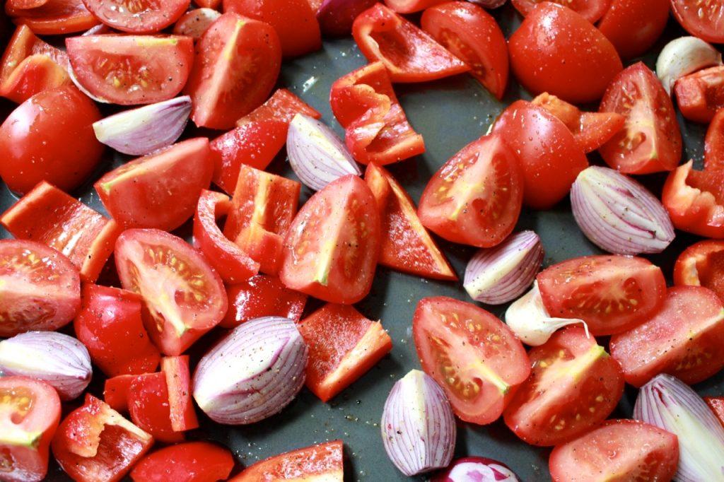 Tomaten, paprika, ui en look roosteren / www.eenlepeltjelekkers.be