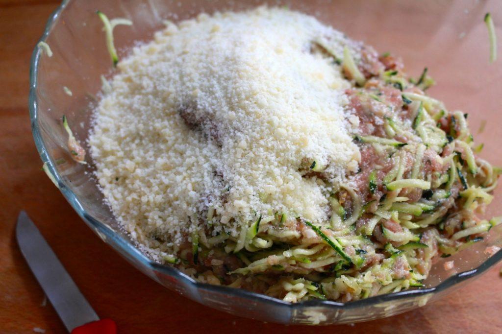 Gehakt mengen met sjalot, look, courgette en parmezaan / www.eenlepeltjelekkers.be