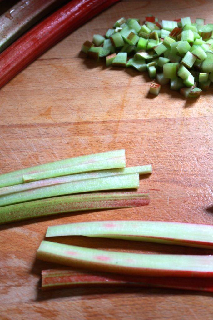 Rabarber in blokjes snijden / www.eenlepeltjelekkers.be