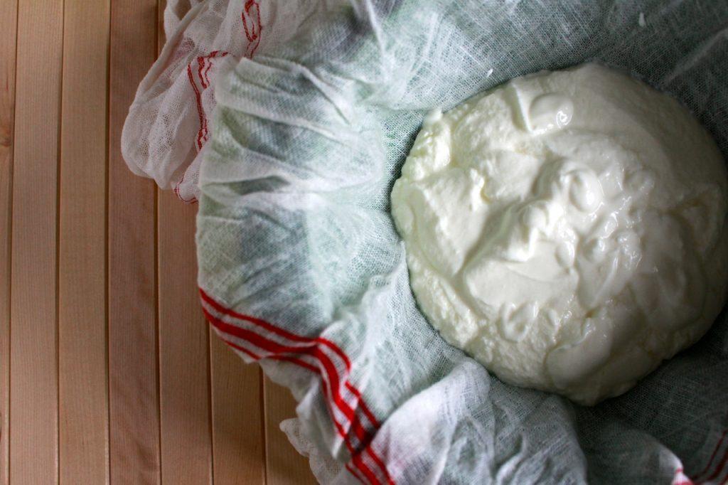 Yoghurt laten uitlekken om labneh te maken / www.eenlepeltjelekkers.be