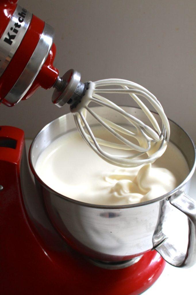 Eieren, suiker en melk luchtig kloppen / www.eenlepeltjelekkers.be