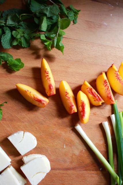 Nectarines, pijpajuin en halloumi snijden / www.eenlepeltjelekkers.be