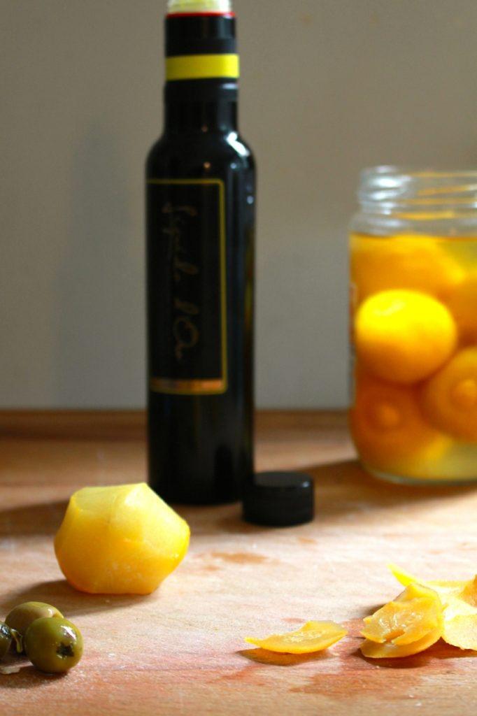 Olijven, ingelegde citroen, citroenolie en feta mixen / www.eenlepeltjelekkers.be