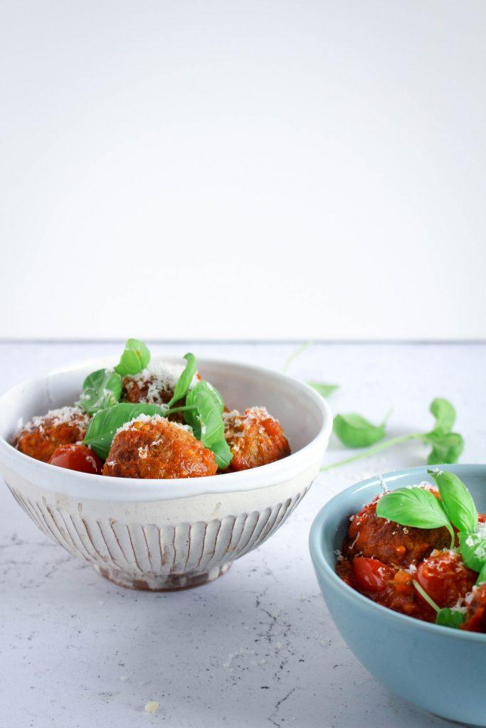 Gehaktballetjes met mozzarella en pesto in kommetjes / www.eenlepeltjelekkers.be
