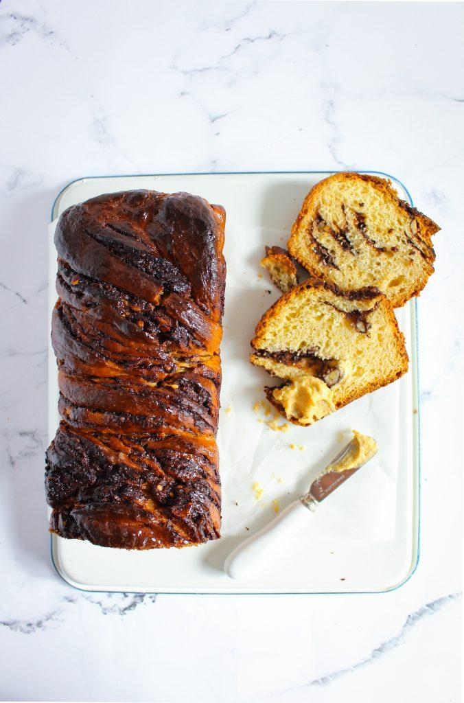 Chocolade babka met hazelnootboter - aangesneden / www.eenlepeltjelekkers.be