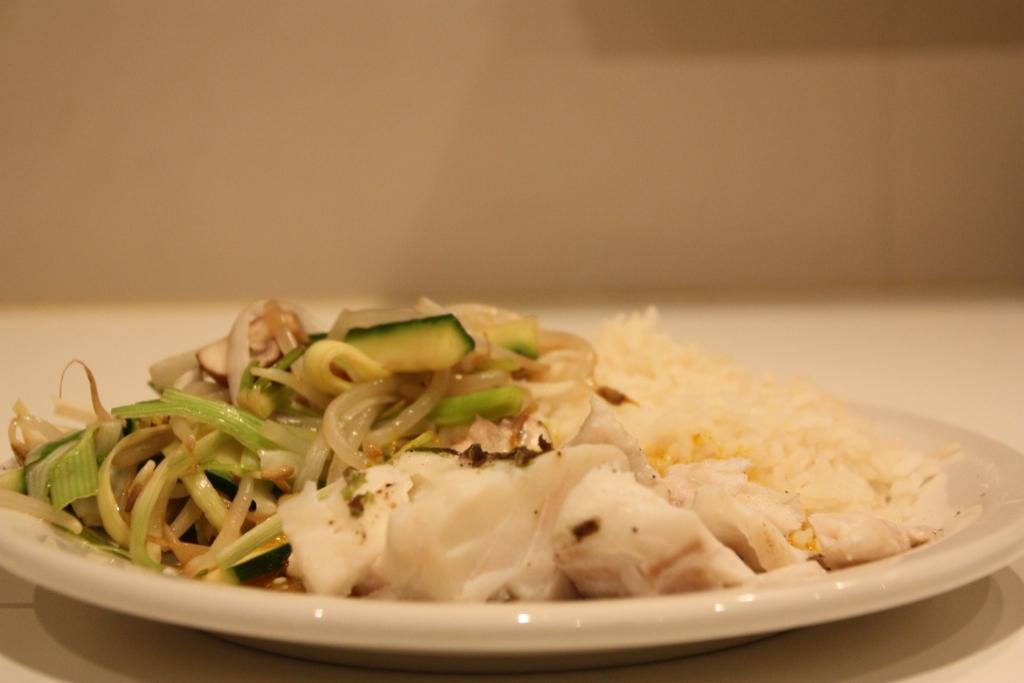 Gestoomde vis en groentjes met currysaus