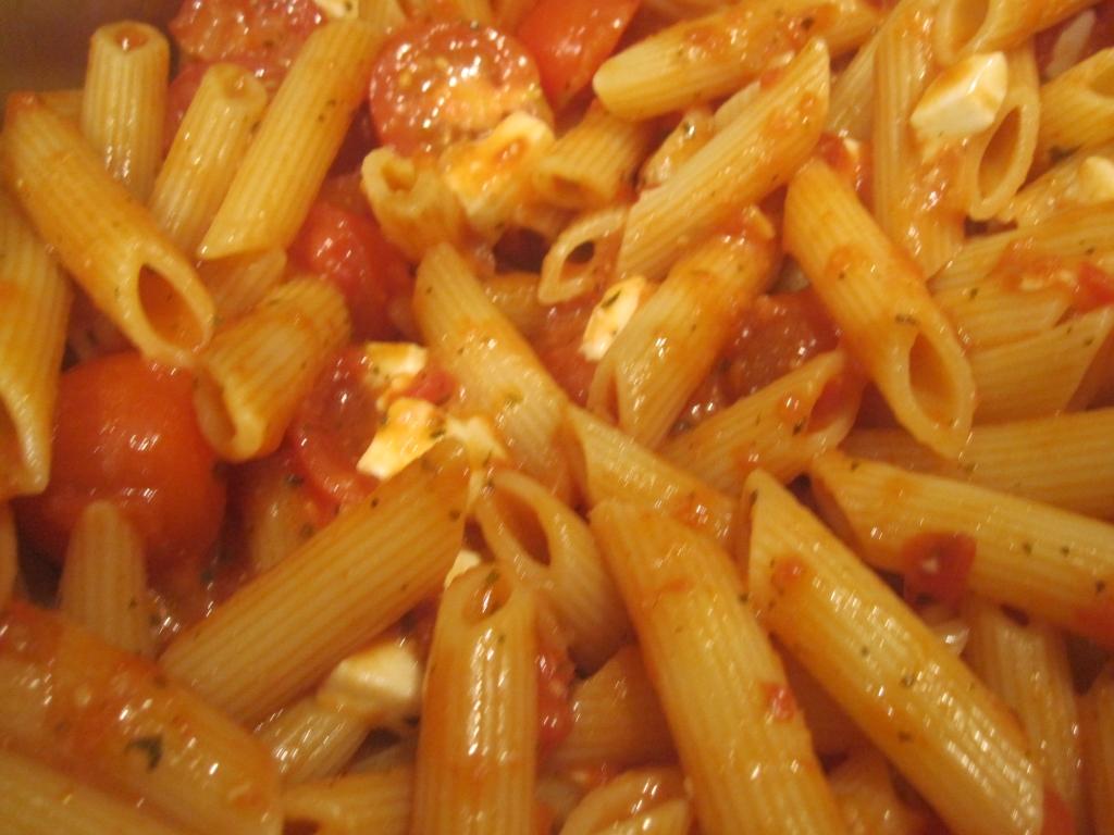 Penne met kerstomaat, mozzarella en rode pesto