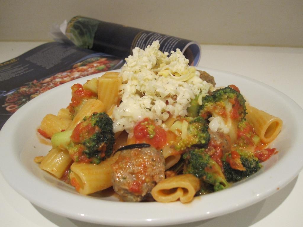 Snelle pasta met broccoli, worst en tomaat