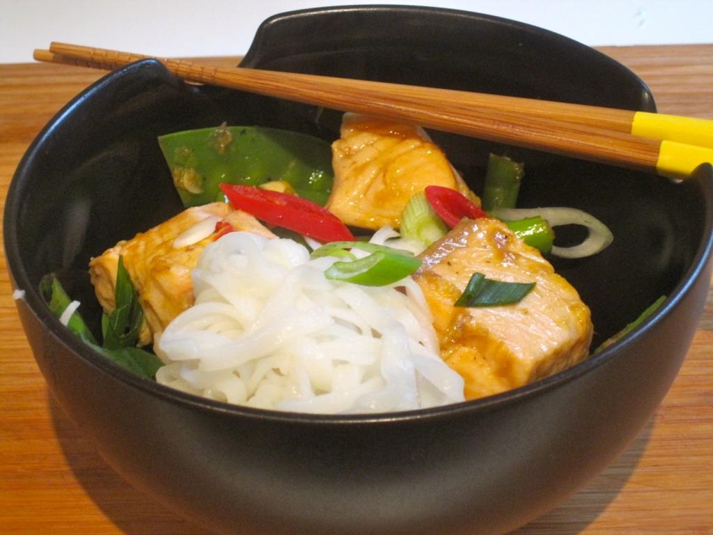 Aziatische asperges met zalm en rijstnoedels