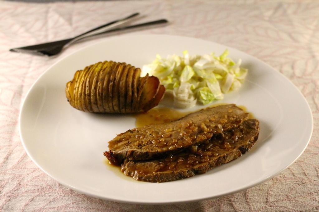 Hasselback potatoes, geserveerd met rosbief, marsalasaus en witlofsalade