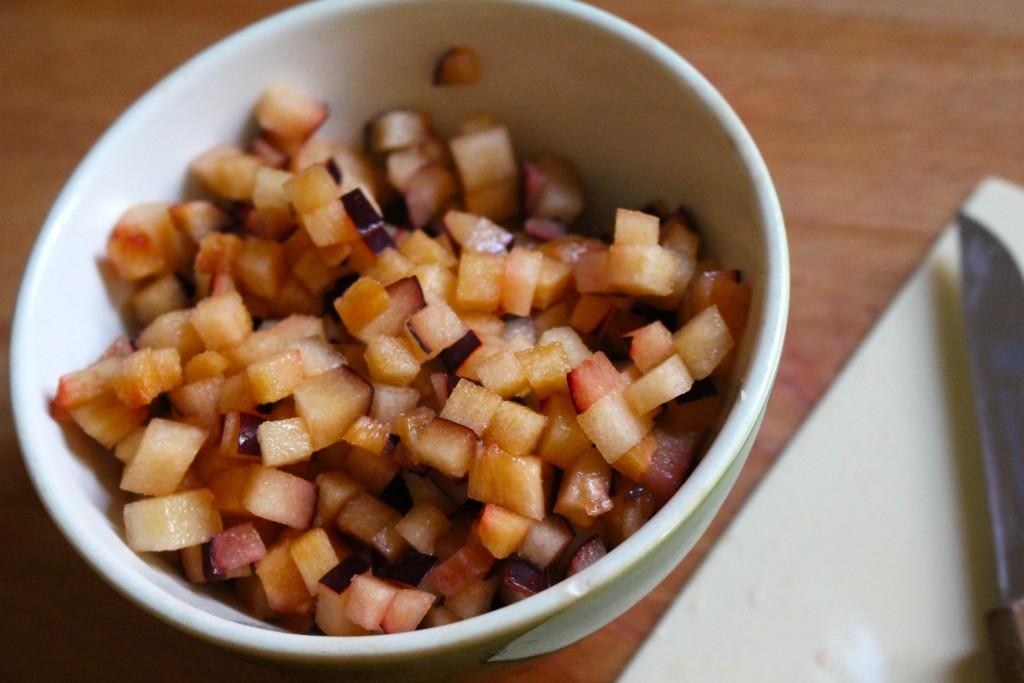 Pruimen in fijne blokjes (brunoise) snijden