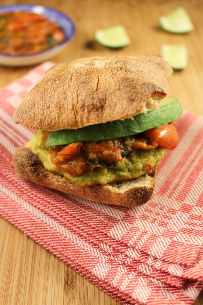Maïsburgers met tomatenrelish en avocado