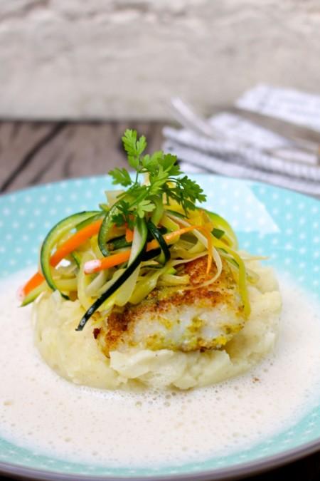 Schelvis met knapperige groentjes en vissaus
