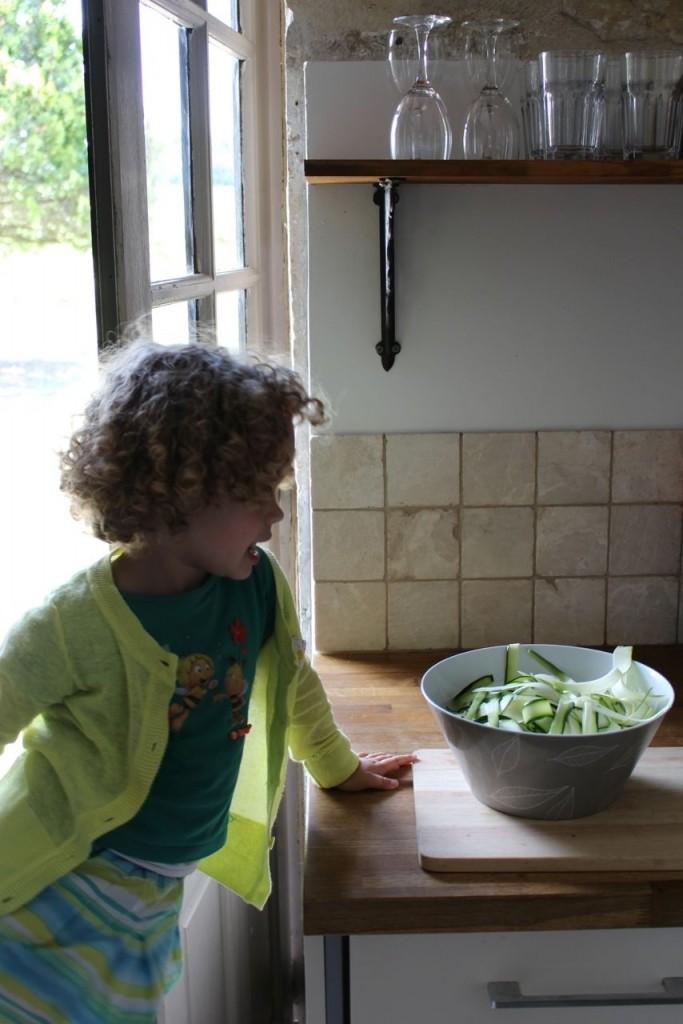 Courgette in linten snijden