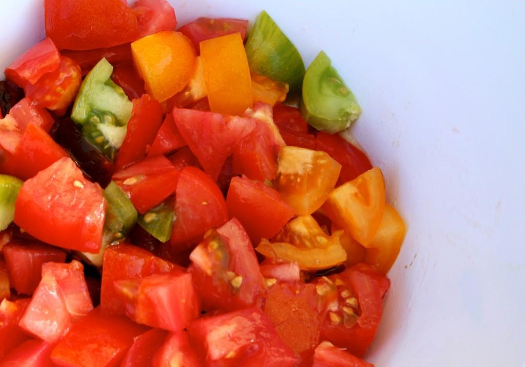 Tomaten in grove stukken snijden