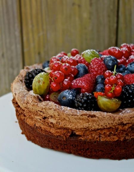 Smeuïge chocoladetaart met zomerfruit
