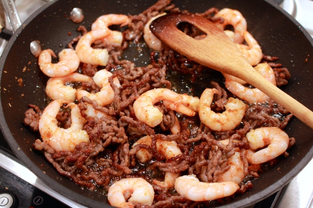 Gehakt en garnalen bakken met Chinees vijfkruidenpoeder
