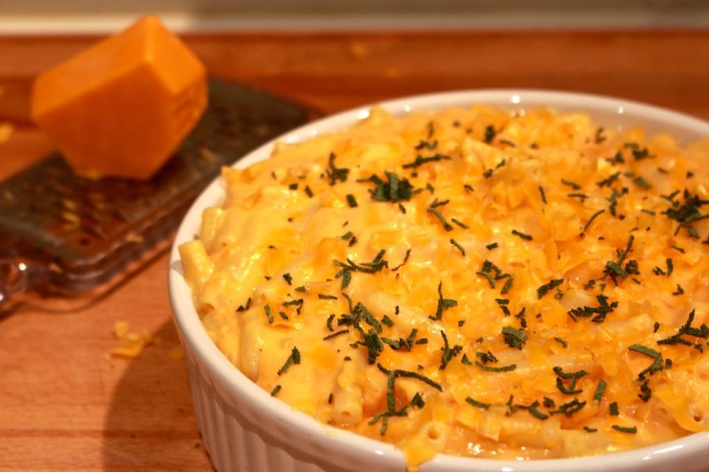 Macaroni bestrooien met extra cheddar en salie