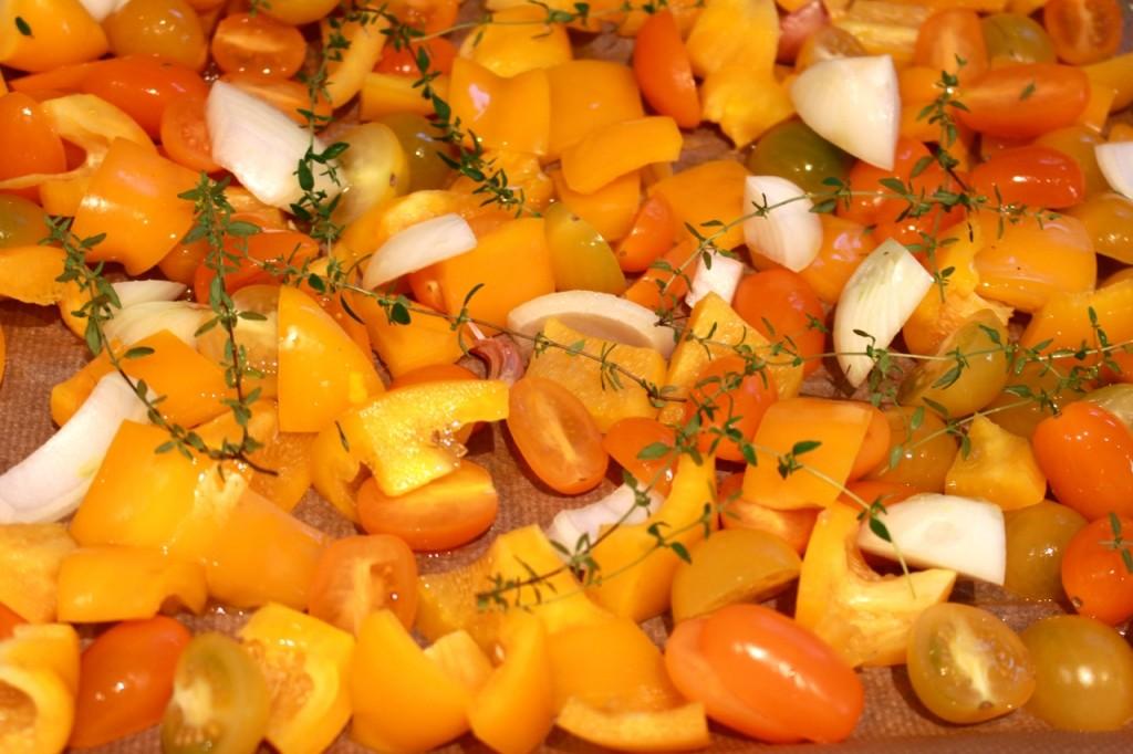 Paprika, kerstomaat, ui, look en tijm roosteren