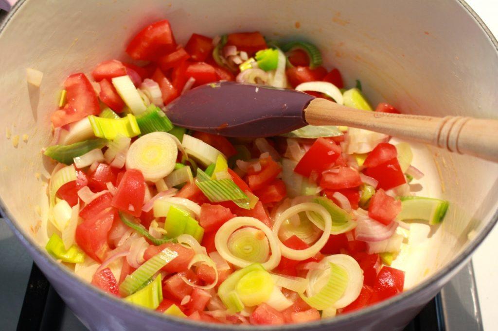 Ui, prei, tomaat en wortel aanstoven