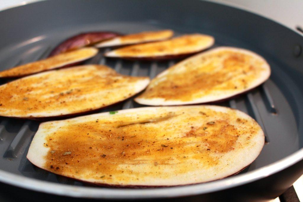 Aubergine insmeren met kruidenmengeling en grillen / www.eenlepeltjelekkers.be