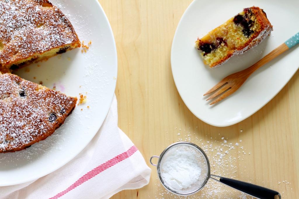 Cake met nectarine en bosbessen
