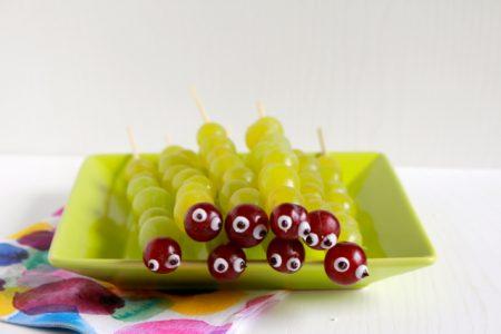 Gezonde traktaties voor kinderen - Rupsen van druiven / www.eenlepeltjelekkers.be