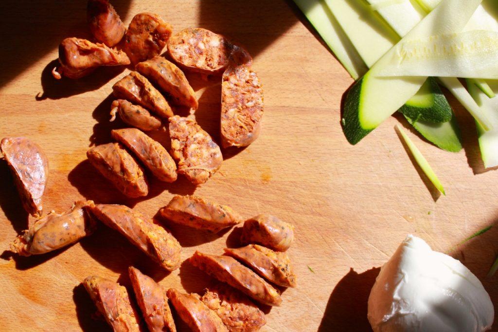 Chorizo en courgette snijden / www.eenlepeltjelekkers.be