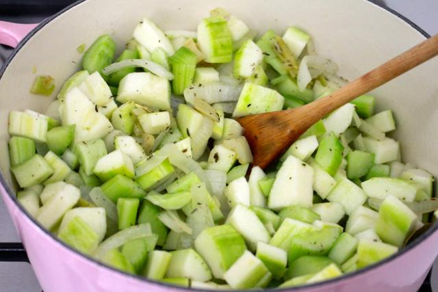 Courgette en komkommer toevoegen / www.eenlepeltjelekkers.be