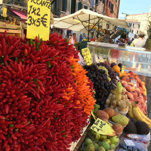 Gezond eten begint met gezond verstand - Marktkraam in Venetië / www.eenlepeltjelekkers.be