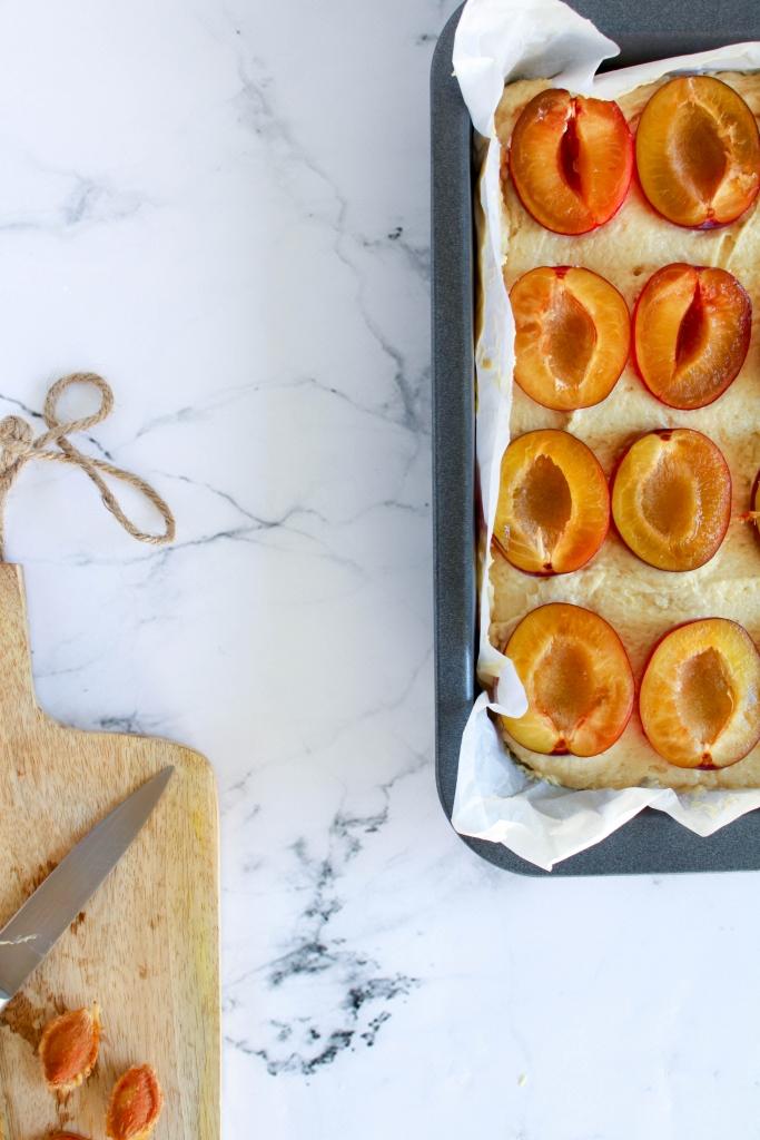Plaatcake met pruimen en amandel