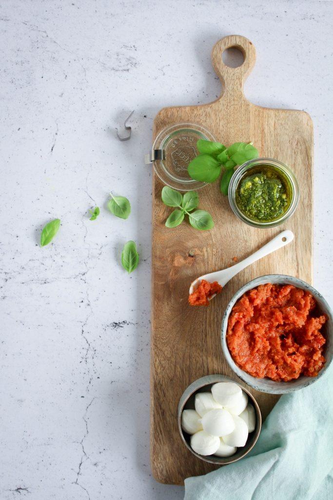 Basilicum, pesto, zongedroogde tomaten en mozzarella / www.eenlepeltjelekkers.be