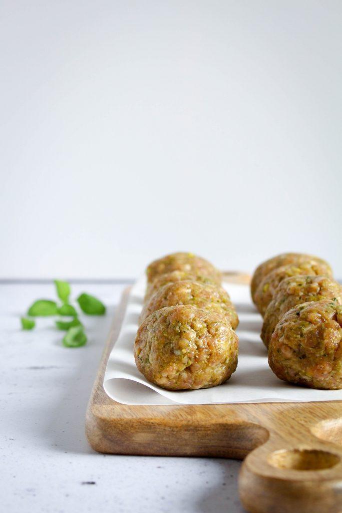Gehaktballetjes met mozzarella en pesto rollen / www.eenlepeltjelekkers.be