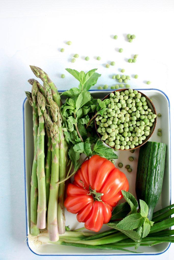 Asperges, lente-ui, komkommer, erwten, munt en coeur de boeuf tomaat / www.eenlepeltjelekkers.be