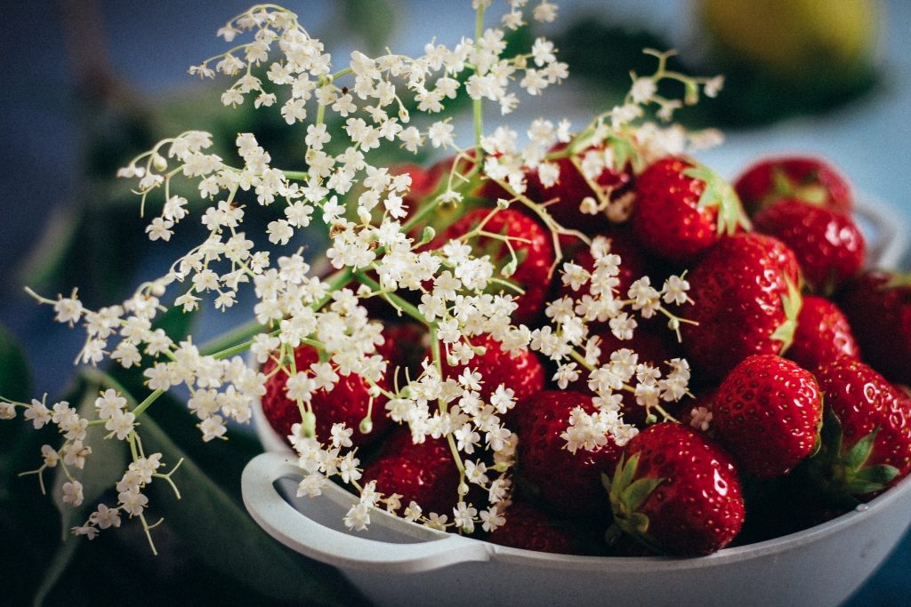 Aardbeien en vlierbloesem / www.eenlepeltjelekkers.be