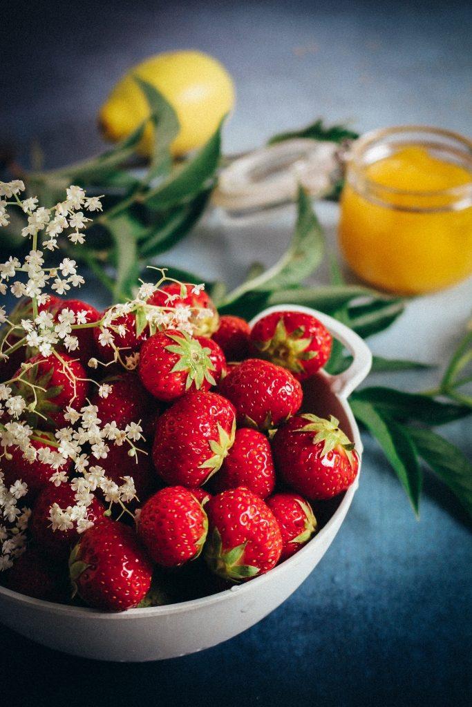 Aardbeien, vlierbloesem, lemon curd en citroen / www.eenlepeltjelekkers.be