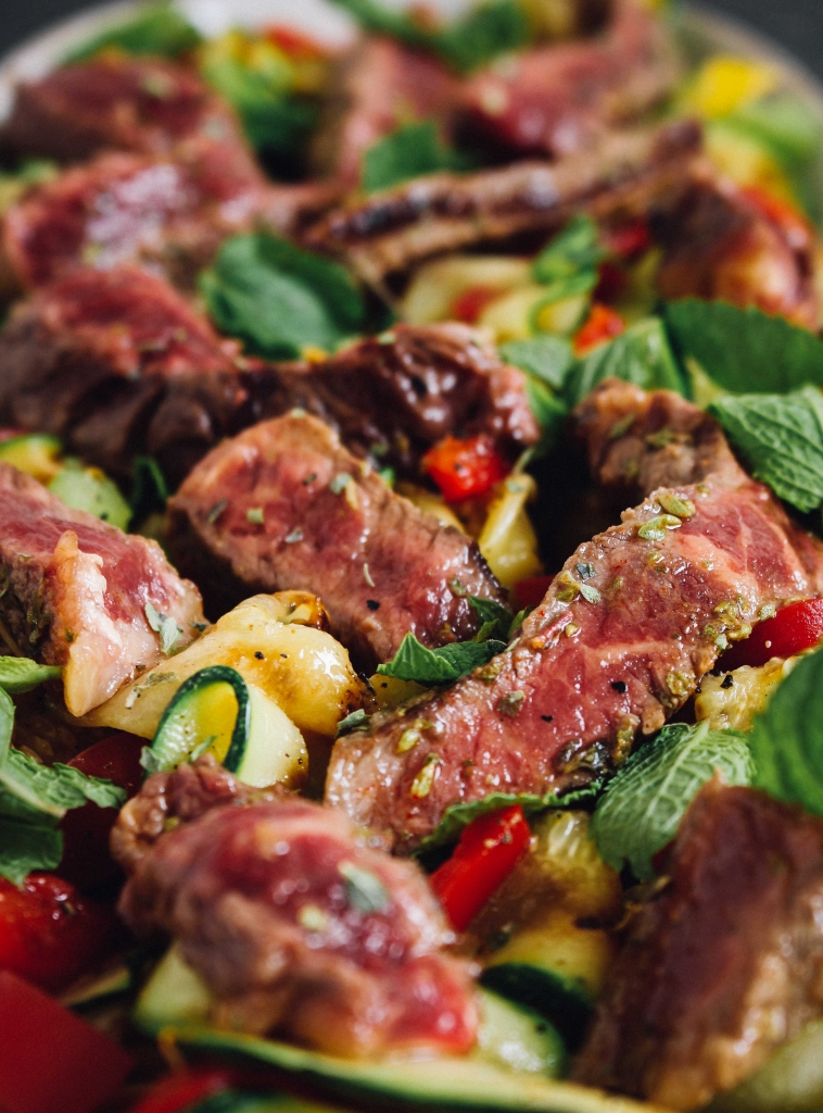 Gemarinereerde rib-eye met courgettesalade - close-up / www.eenlepeltjelekkers.be